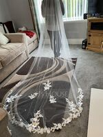 One-tier Lace Applique Edge Chapel Bridal Veils With Lace (006227447)