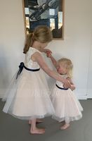 A-Line/Princess Knee-length Flower Girl Dress - Tulle/Lace Sleeveless Scoop Neck With Bow(s) (010104930)