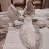 Women's Lace Silk Like Satin Low Heel Closed Toe With Buckle (047225112)