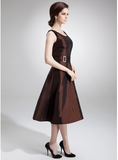 A-Line/Princess Scoop Neck Knee-Length Taffeta Mother of the Bride Dress With Beading