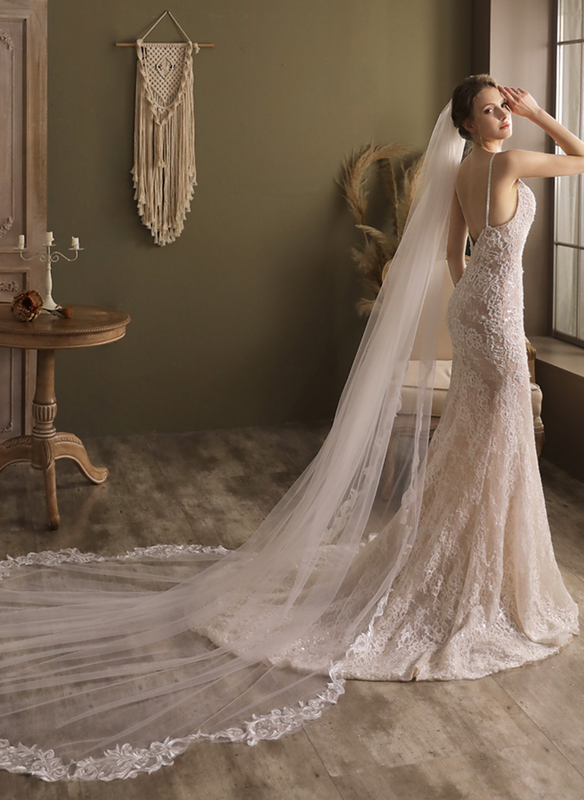 One-tier Lace Applique Edge Cathedral Bridal Veils With Satin Flower
