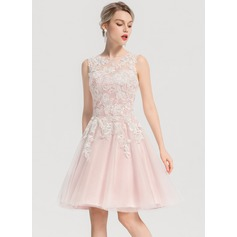 A-Line/Princess Scoop Neck Knee-Length Tulle Homecoming Dress With Appliques Lace