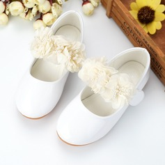 Jentas Lukket Tå Leather flat Heel Flower Girl Shoes med Imitert Perle Blomst