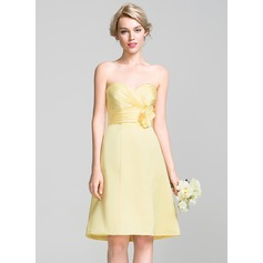 A-Line/Princess Sweetheart Knee-Length Satin Bridesmaid Dress With Ruffle Flower(s)