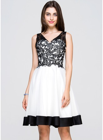 A-Line/Princess V-neck Knee-Length Tulle Lace Homecoming Dress