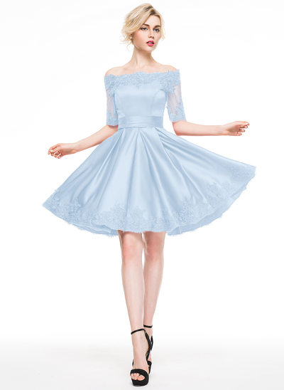 A-Linie/Princess-Linie Off-the-Schulter Knielang Satin Cocktailkleid mit Applikationen Spitze