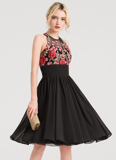 A-Line/Princess Scoop Neck Knee-Length Chiffon Homecoming Dress With Appliques Lace