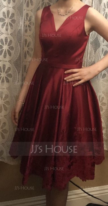 A-Line V-neck Knee-Length Satin Homecoming Dress With Appliques Lace (022203159)