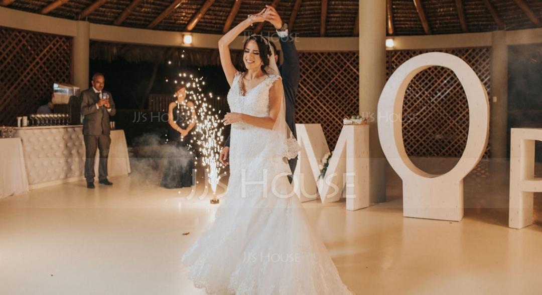 Trumpet/Mermaid V-neck Chapel Train Tulle Wedding Dress (002153463)