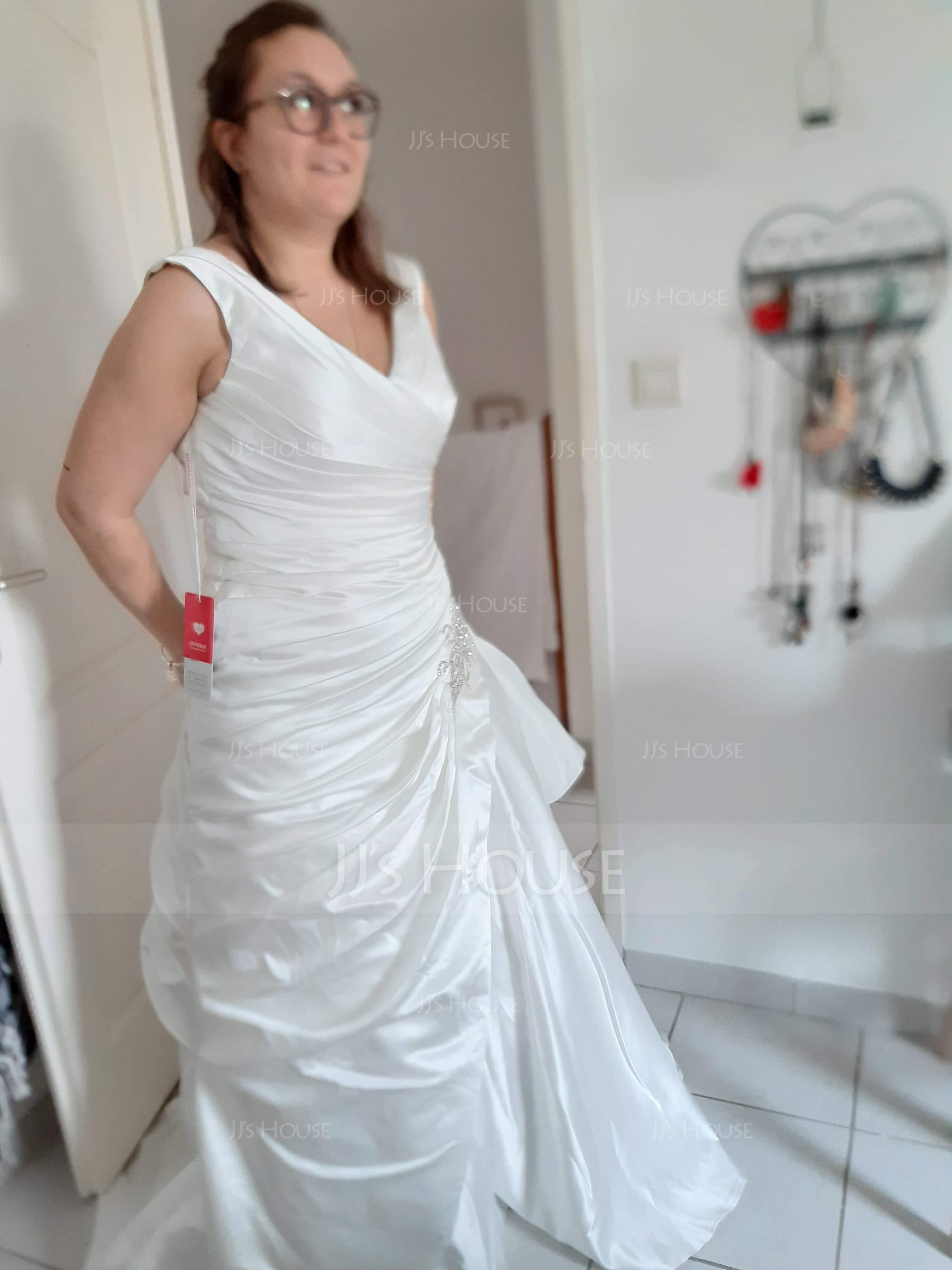 Forme Princesse Col V Traîne moyenne Satiné Robe de mariée avec Brodé (002127256)