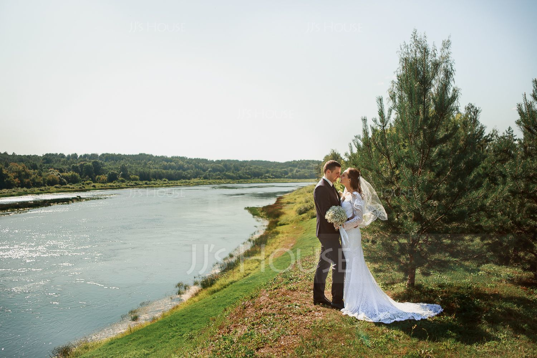 Trumpet/Mermaid V-neck Court Train Lace Wedding Dress (002186368)